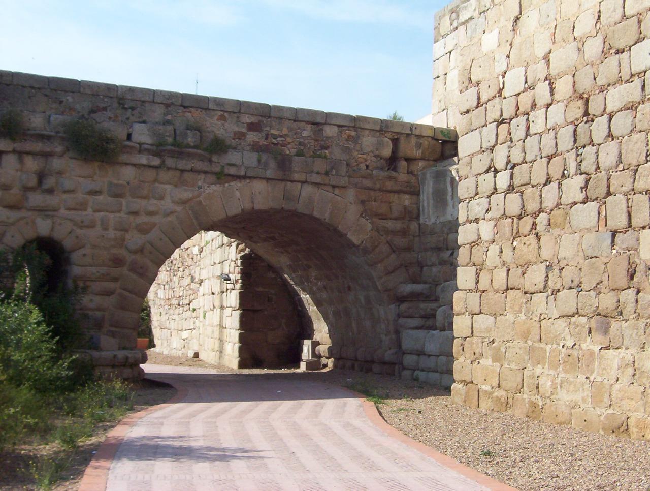 detalle paseo fluvial bajo puente romano en merida