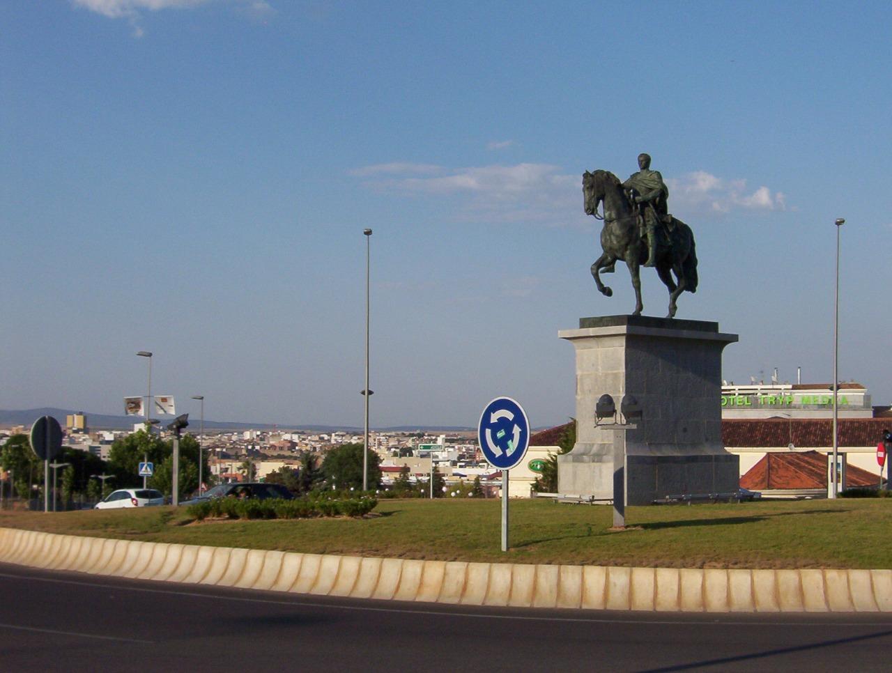 glorieta de augusto a caballo en la entrada a merida