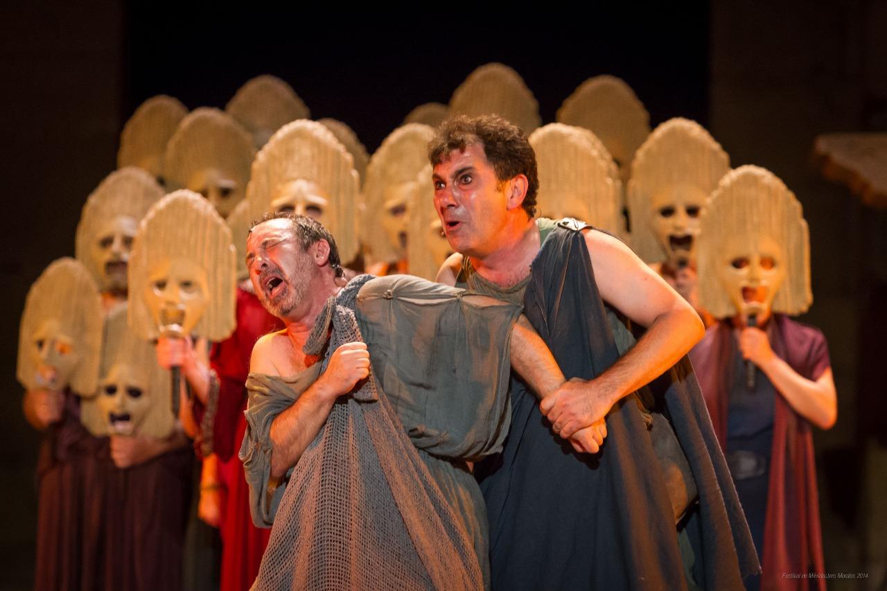 detalle coro de obra de teatro en el festival de merida