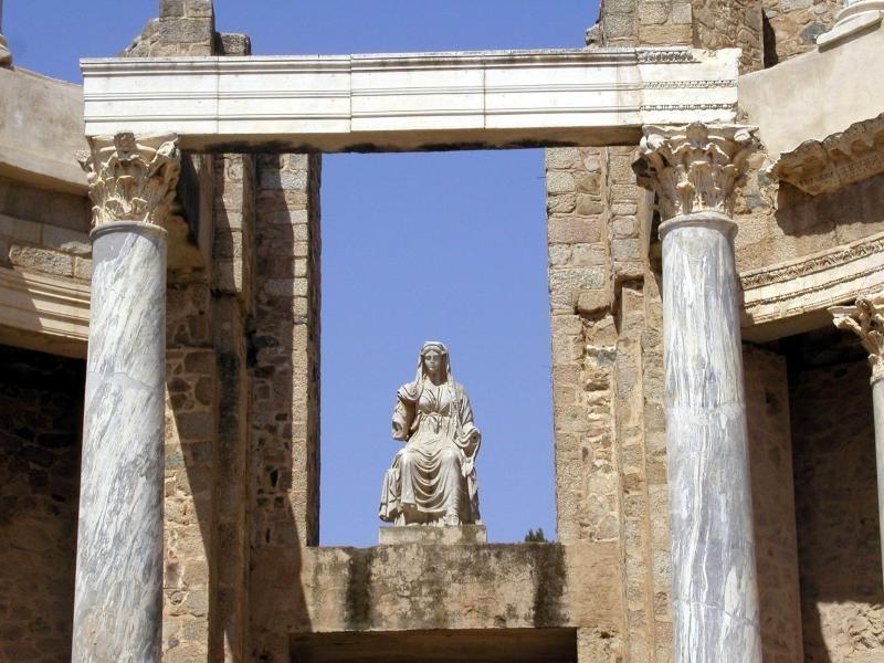 Diosa Ceres en el centro del frontal escenico del teatro romano de merida