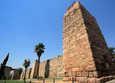detalle torre muralla alcazaba arabe en merida