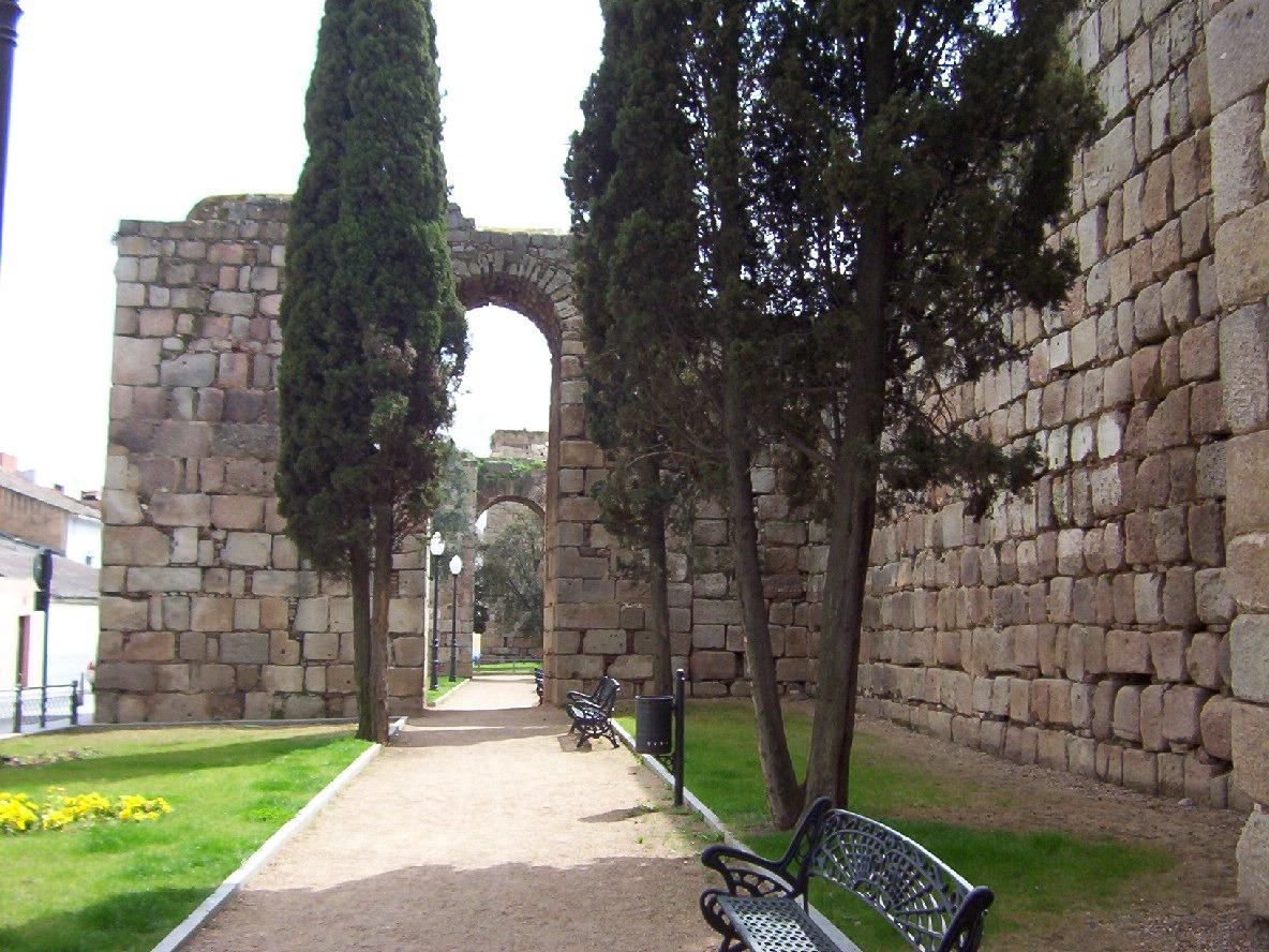 detalle contrafuertes muralla arabe en merida