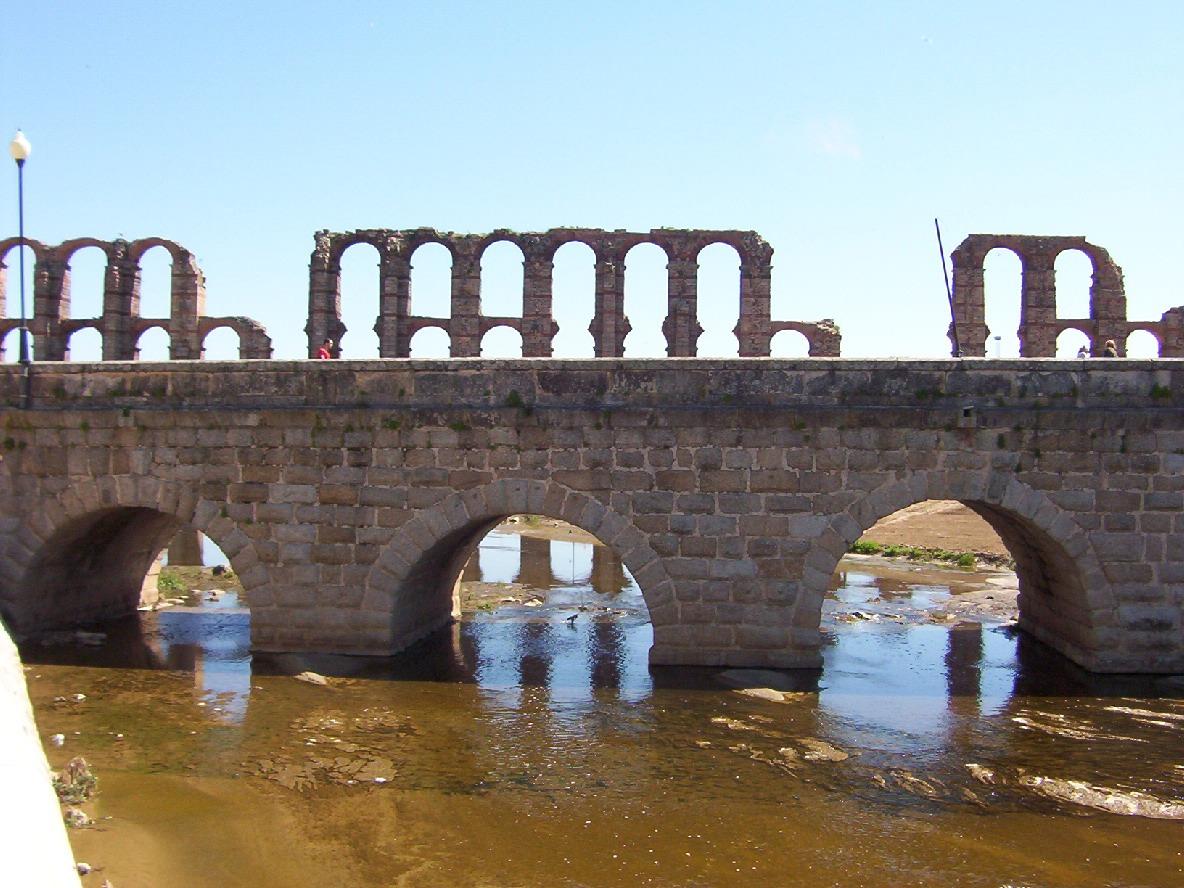 puente romano sobre el rio albarregas en merida