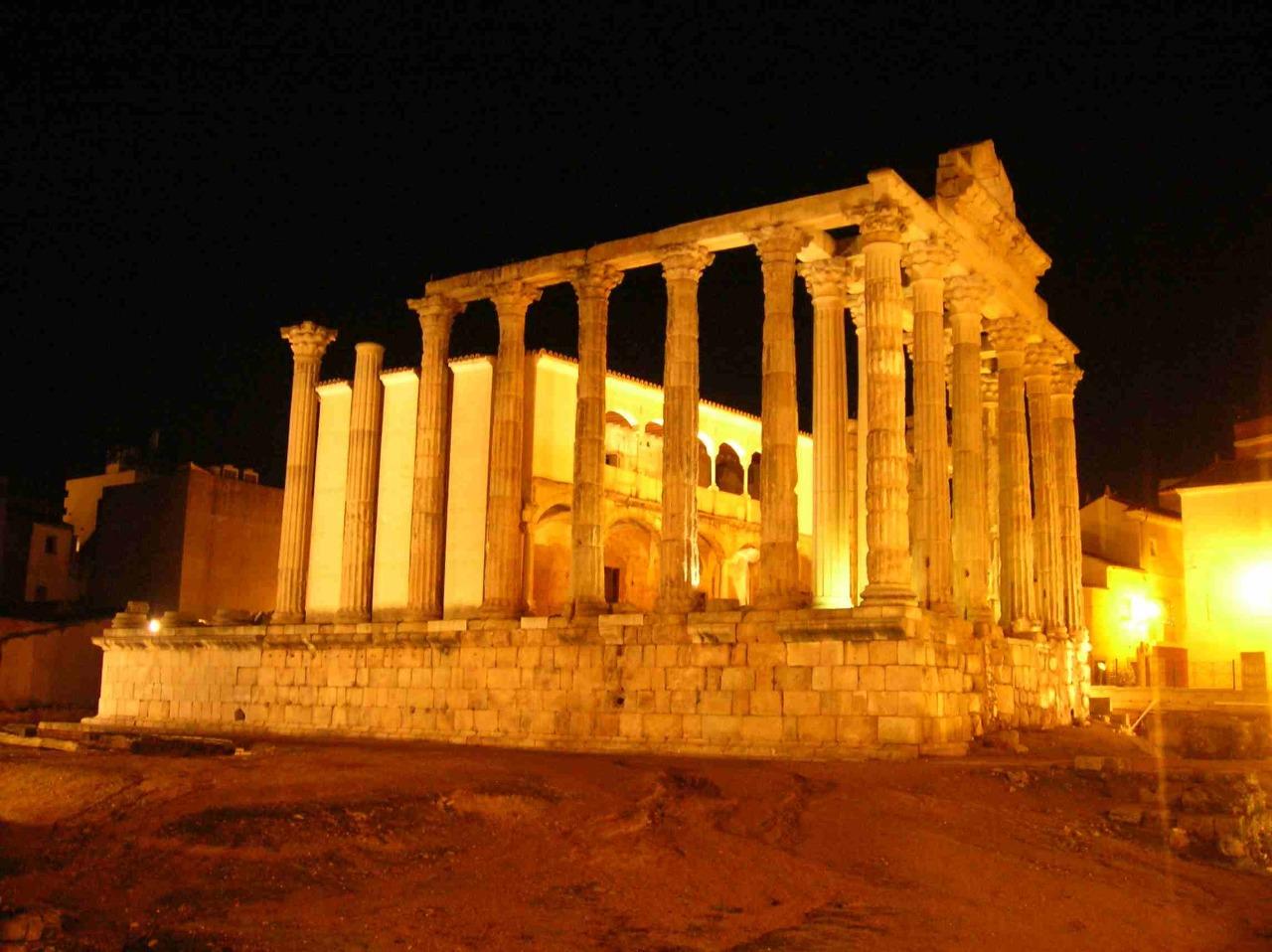 vista nocturna del templo de diana en merida