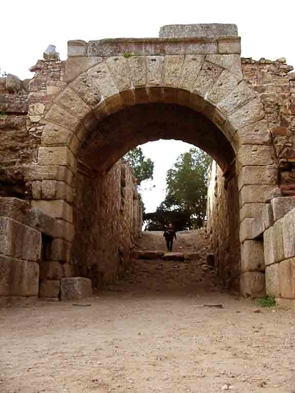 porta triungalis en anfiteatro romano de merida