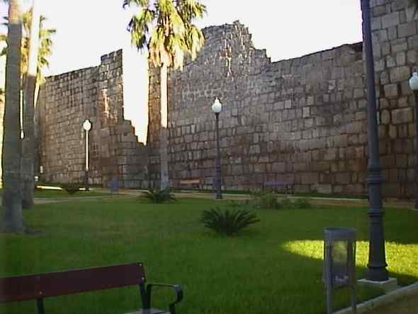 detalle muralla arabe en glorieta meridas de mundo