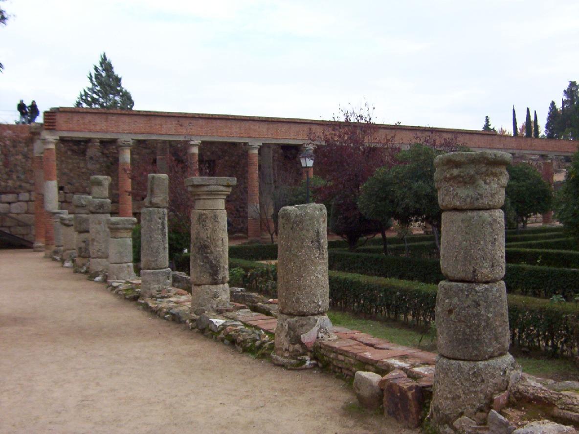 detalle peristilo del teatro romano de merida