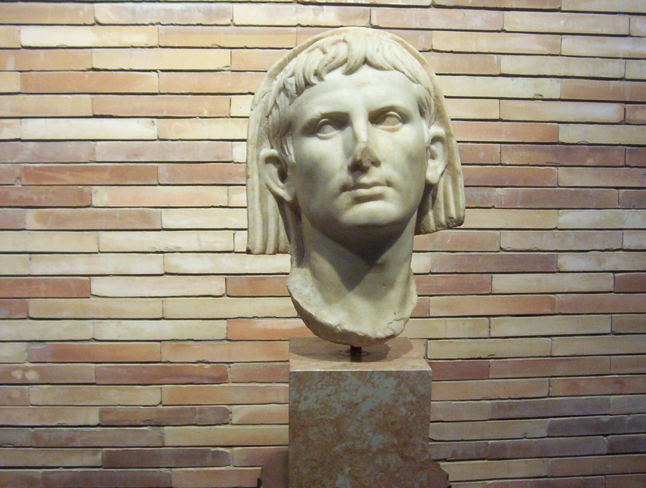 cabeza de augusto velado en el museo romano de merida