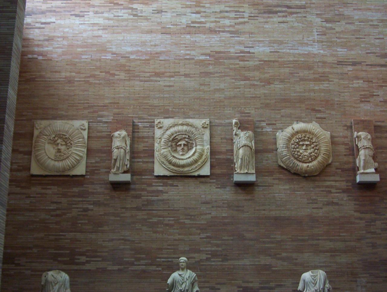 clípeos en museo romano en merida