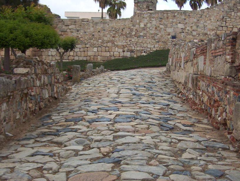 calzada romana en el interior de la alcazaba arabe de merida