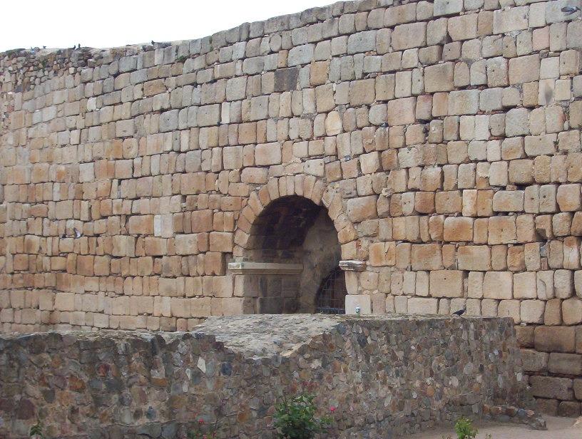 puesta y resto muralla romana de merida