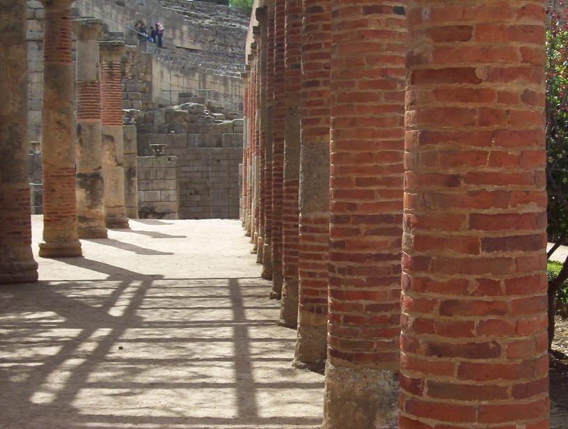 detalle columnata peristilo teatro romano de merida