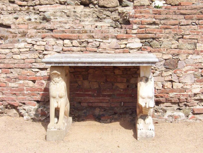 detalle altar religioso en teatro romano de merida