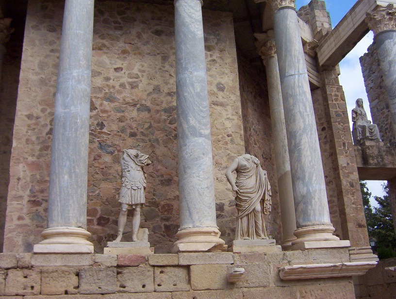 detalle frente escénico teatro romano de merida