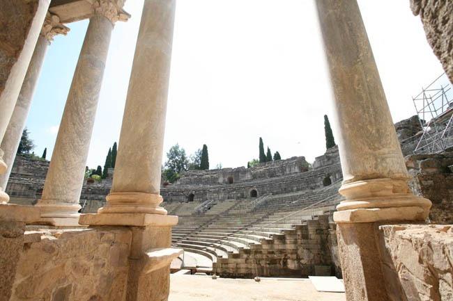 detalle columnata frente escenico teatro romano de merida